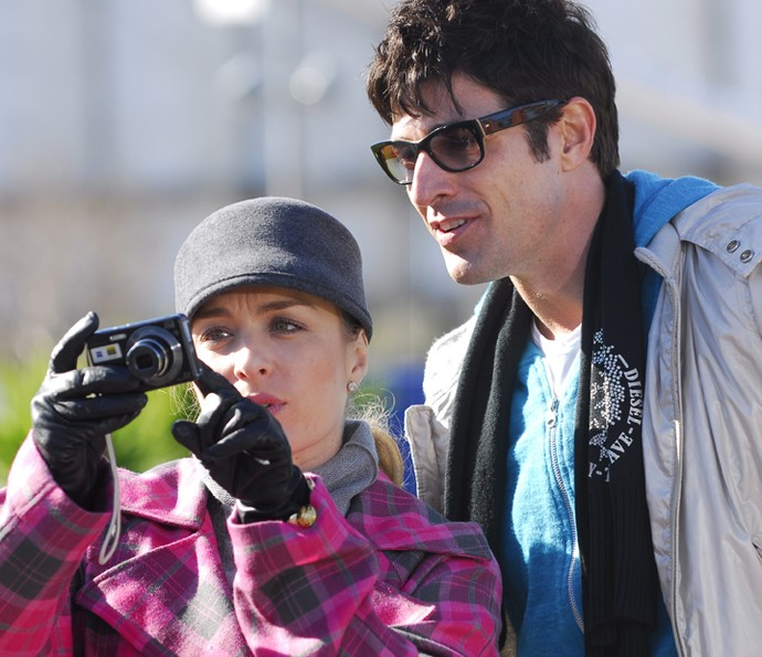 Angélica mostra foto para Reynaldo Gianecchini (Foto: CEDOC / TV Globo)