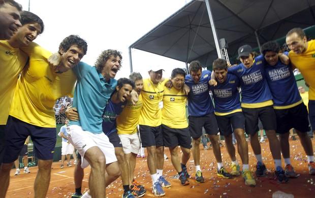 Foto: Equipe vibra com Guga conquista da vaga da Copa Davis