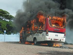 Lotação é incendiada no Morro Santa Tereza (Foto: João Laud/RBS TV)