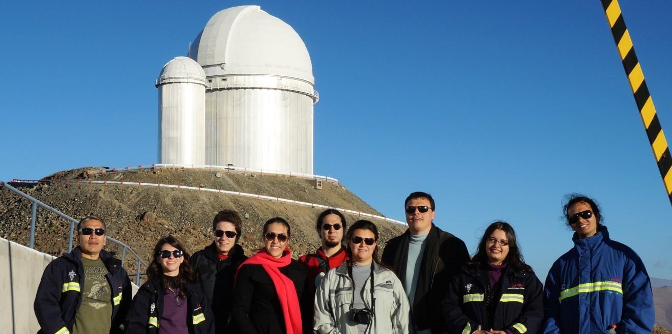 Jorge Meléndez e equipe ao lado do telescópio que usaram para descobrir o gêmeo de Júpiter (Foto: Acervo Pessoal)
