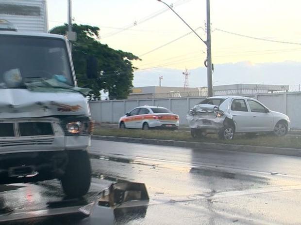 No segundo acidente, o carro rodou e subiu no canteiro após batida (Foto: Reprodução/ TV Gazeta)