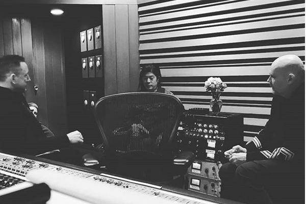Billy Corgan com seus colegas de Smashing Pumpkins dentro de um estúdio (Foto: Instagram)