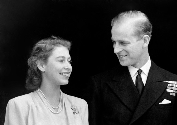 Smiling happily the Princess and her fiance, Lieut. Philip Mountbatten are pictured at Buckingham Palace. Princess Elizabeth's engagement ring is plainly visible in the picture (Foto: PA Archive/PA Images)