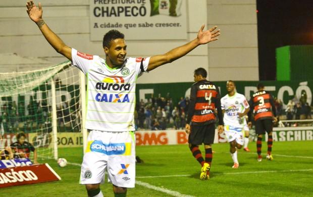 Fabinho Alves comemora gol Chapecoense X Atlético-GO (Foto: Junior Matitello / Agência estado)