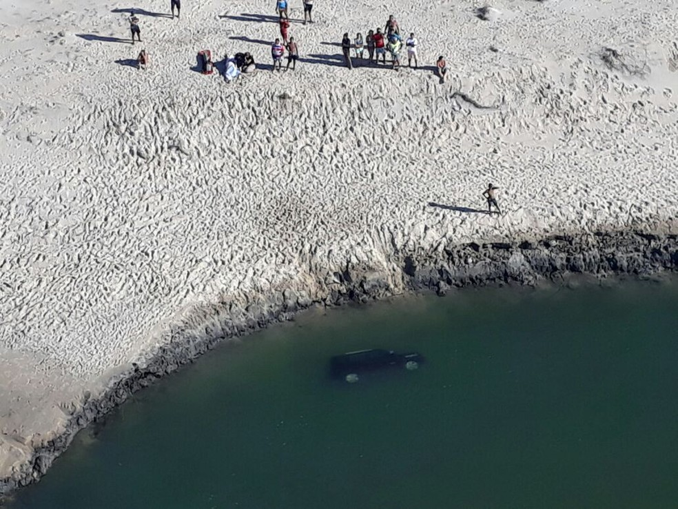 Análise de imagens aéreas apontam que houve deslocamento de areia, derrubando o carro no rio, afirma policial (Foto: SSPDS)