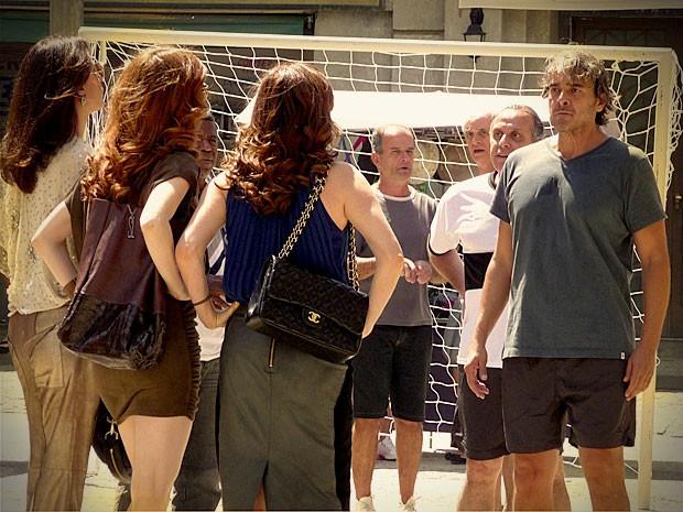 Cadinho fica surpreso com a chegada das três na pelada (Foto: Avenida Brasil / TV Globo)