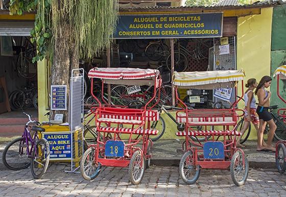 Na rua principal da cidade, que termina na estação das barcas, inúmeras lojas oferecem bicicletas e triciclos para alugar  (Foto: © Haroldo Castro/Época)