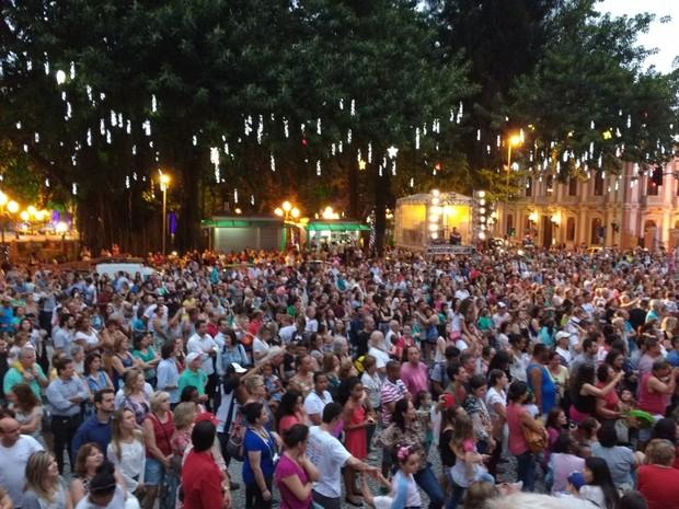 Apresentações de música e dança reuniram centenas de pessoas (Foto: Mariana Eli/PMF)