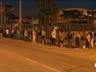 Candidatos passam a noite em fila quilométrica à procura de trabalho