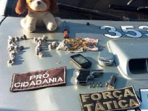 Além das drogas, havia dentro do cão, munições e dinheiro (Foto: SSPDS/Divulgação)