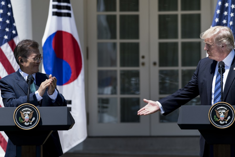 Presidente da Coreia do Sul, Moon Jae-in, e líder norte-americano, Donald Trump, discursam após encontro na Casa Branca (Foto: Brendan Smialowski / AFP)