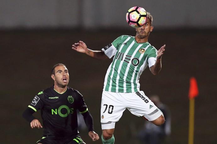 Bruno César observa Ruben Ribeiro cabecear a bola em Rio Ave x Sporting (Foto: EFE/EPA/JOSE COELHO)