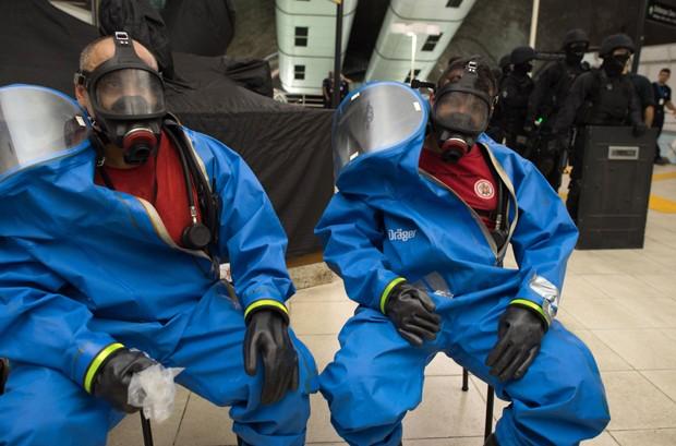 Bombeiros usam roupas especiais contra ataque com armas químicas (Foto: Christophe Simon/AFP)