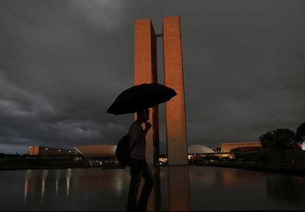 Jovem caminha diante do Congresso Nacional em Brasília (Foto: Ueslei Marcelino/Reuters)