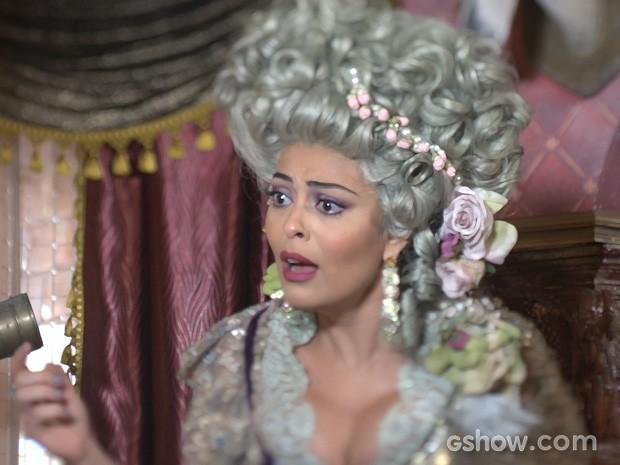 Catarina fica arrasada com o coração gelado do marido (Foto: Meu Pedacinho de Chão/TV Globo)