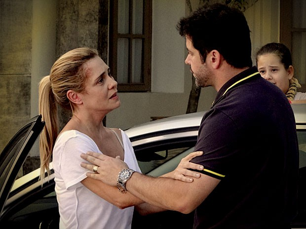 Tufão implora e Carminha diz que não vai mais embora (Foto: Avenida Brasil / TV Globo)