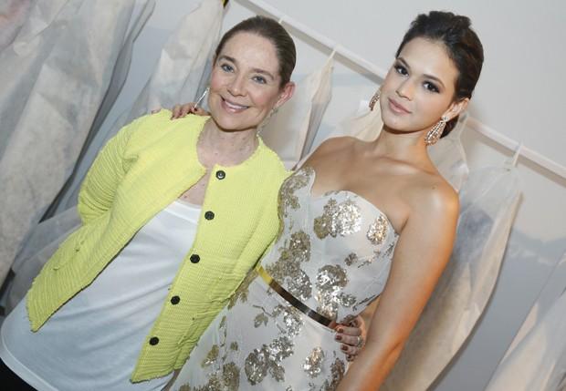 Bruna Marquezine com a estilista Maria Virgínia (Foto: Roberto Filho/AgNews)