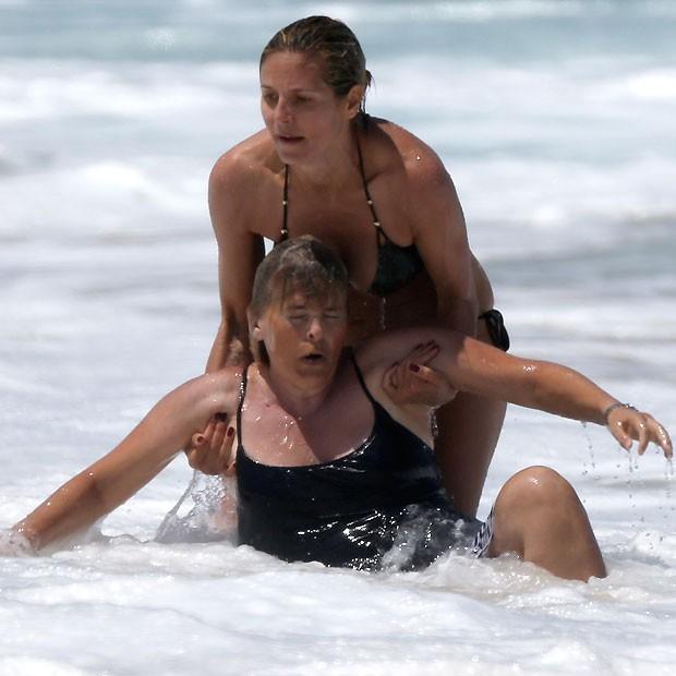 Heidi Klum socorrendo uma das babás (Foto: Grosby Group)