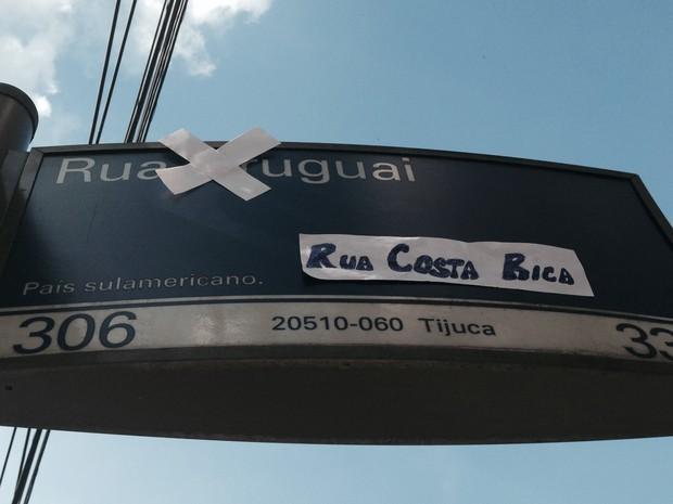 Tijucanos fizeram piada em placa com derrota do Uruguai para Costa Rica, na Copa (Foto: Daniel Silveira/ G1)