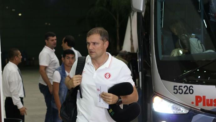 Diego Aguirre na chegada ao hotel da delegação do Inter  (Foto: Diego Guichard)