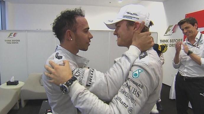 Nico Rosberg cumprimenta o companheiro Lewis Hamilton após a corrida que decidiu o título mundial (Foto: Divulgação)