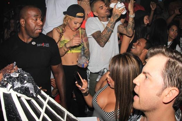 Cercado de mulheres, Chris Brown comemora aniversário (Foto:  AlphaX/X17online.com)