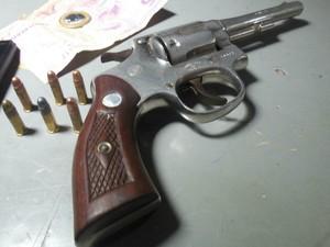 Suspeito de participar de falso sequestro foi preso com arma e munições (Foto: Lucas Torres/Portal Sorriso)