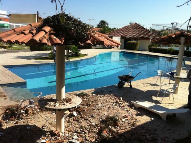 Carro caiu na área de lazer do condomínio, próximo à piscina (Foto: Camila Henriques/G1 AM)