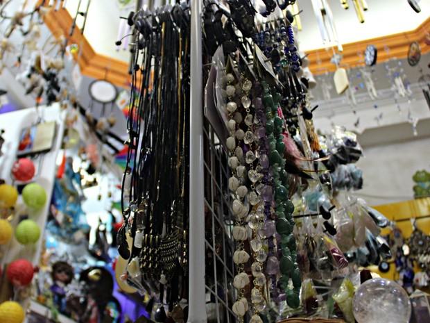Cristais, amuletos e talismãs atraem e protegem energias (Foto: Ísis Capistrano/ G1 AM)