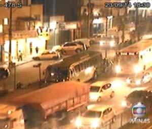 O grande volume de veículos causava lentidão na Rodovia Fernão Dias, em Contagem, no início da noite desta terça-feira (23) (Foto: Reprodução/TV Globo)