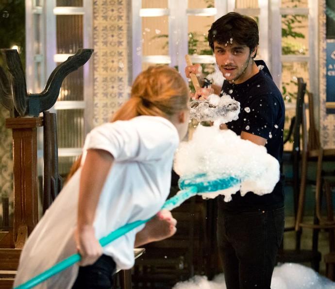 Jonatas ajuda Eliza, e os dois se divertem (Foto: Fabiano Battaglin/Gshow)