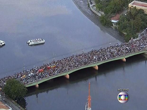 Cortejo que leva caixão com o corpo de Eduardo Campos começa a se dirigir para o Cemitério de Santo Amaro, no Recife (Foto: Reprodução / TV Globo)
