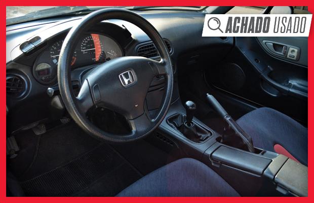 O interior do Honda CRX 1993 mal acusa a idade, estado parece ótimo (Foto: Reprodução)
