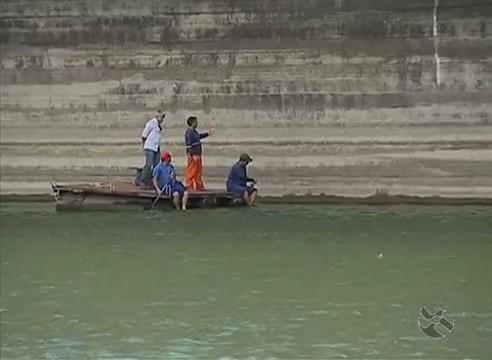 Cinegrafista esteve no que resta da água reservada (Foto: Reprodução / TV Asa Branca)