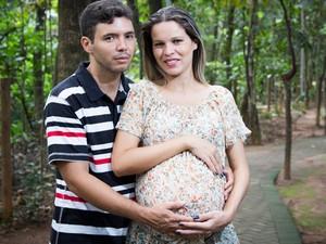 Secretária Cássia Miguel de Paula, grávida de quadrigêmeos, em Abadia de Goiás (Foto: Chico Bitencourt/Arquivo pessoal)