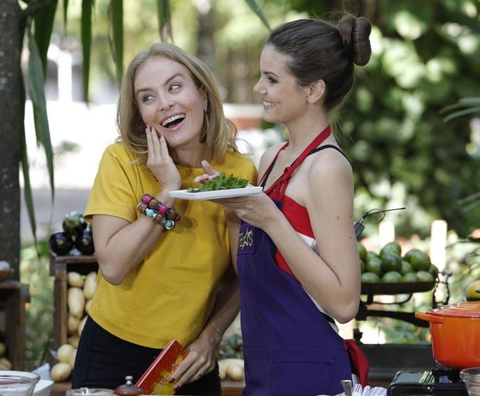 Ao lado de Angélica, Camila Queiroz mostra os ingredientes do prato  (Foto: Fábio Rocha/Gshow)