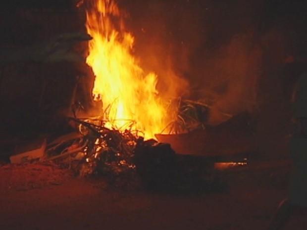 Moradores atearam fogo como protesto (Foto: Reprodução / TV TEM)