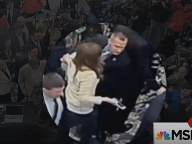 Trecho do vídeo que mostra incidente entre Corey Lewandowski e a jornalista (Foto: Reprodução/MSNBC)