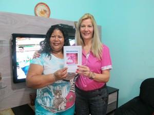 Professora ajuda Adinalva com revisão de texto (Foto: Anna Gabriela Ribeiro/G1)