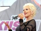 Christina Aguilera exibe barrigão com vestido justinho em show
