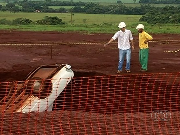Motorista foi desviar de erosão e acabou dentro de buraco. (Foto: Reprodução/ TV Anhanguera)