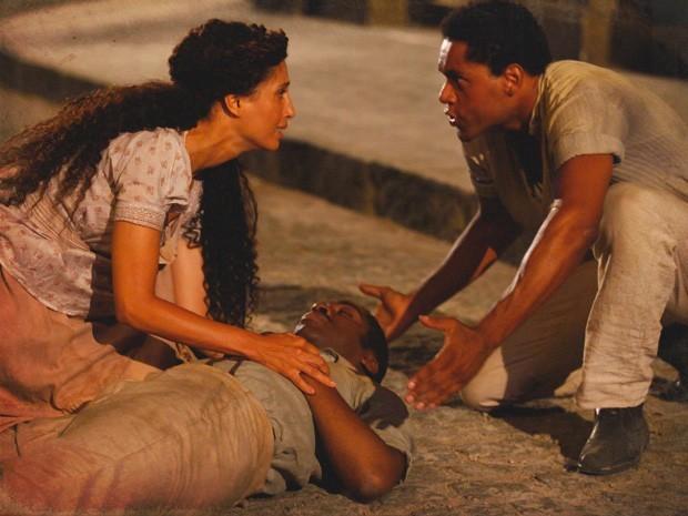 Zé Maria é atacado por capangas de Bonifácio, leva golpe e Isabel o socorre (Foto: Divulgação/TV Globo)