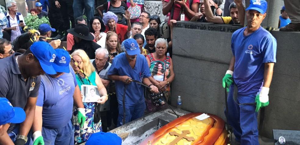 Fãs e parentes estiveram presentes no enterro de Jerry Adriani (Foto: Henrique Coelho/ G1)