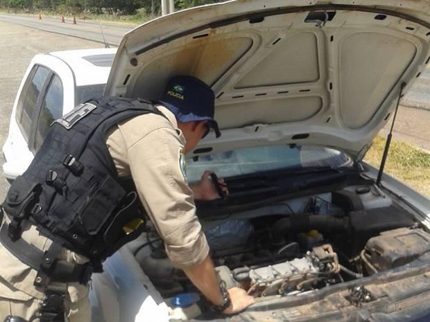 Homem que se identificou como proprietário do veículo apresentou documento com sinais de falsificação. (Foto: Divulgação/PRF)