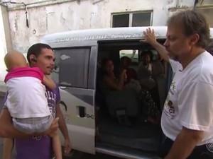 Corretor de imóveis transprta por conta própria crianças com câncer até hospitais (Foto: Reprodução/TV Bahia)