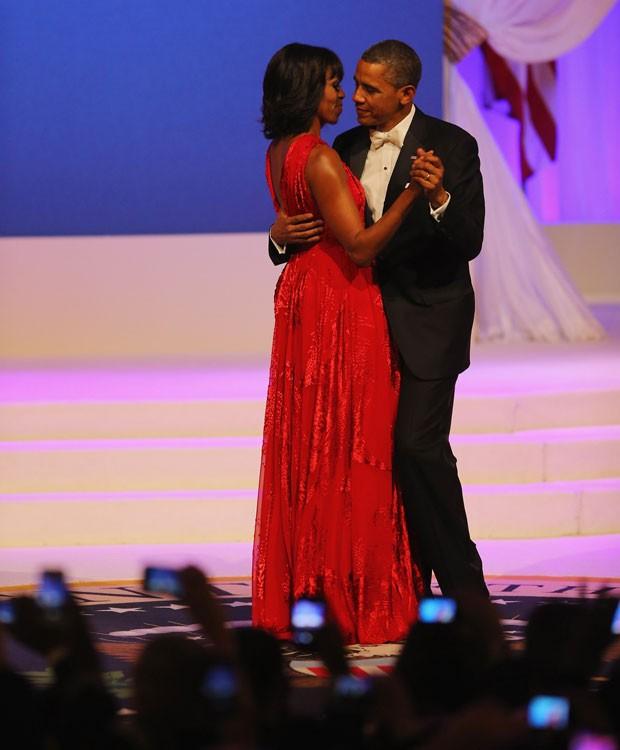 Barack Obama dança com Michelle Obama em festa após a cerimônia de posse para o seu segundo mandato na presidência dos Estados Unidos (Foto: AFP)