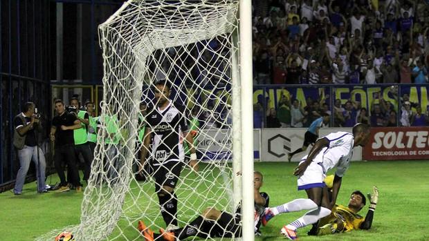 Leandro gol Nacional-AM x Ponte Preta (Foto: Arlesson Sicsu / Ag. Estado)