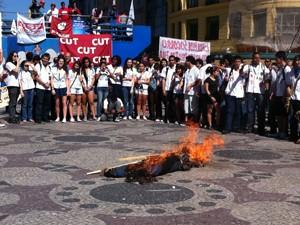Manifestantes queimaram um boneco, apelidado por eles de Proinfes (Foto: Janaína Carvalho / G1)