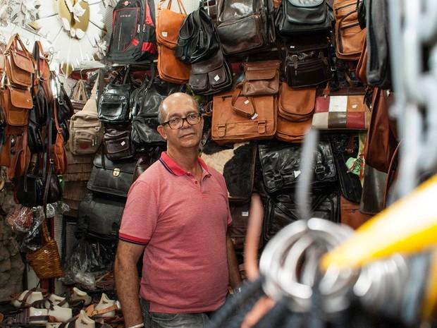 Seu Valter dos Santos, o Gagau, comercializa produtos de couro há mais de 30 anos no Mercado Modelo (Foto: Egi Santana/ G1)