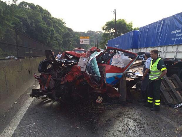 Acidente deixou um dos veículos totalmente destruído, em Cubatão (Foto: Solange Freitas/TV Tribuna)